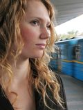 Donna sola sulla stazione di metro Immagini Stock Libere da Diritti