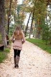 Donna sola in un parco in autunno Fotografia Stock