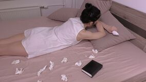 Donna sollecitata che si trova nel letto stock footage