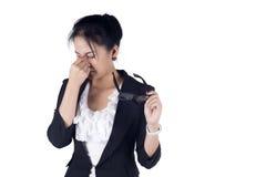Donna sollecitata di affari con un isolato di emicrania sul backgro bianco Immagini Stock Libere da Diritti