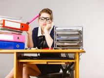 Donna sonnolenta di affari nel funzionamento dell'ufficio Immagine Stock Libera da Diritti
