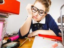 Donna sonnolenta di affari nel funzionamento dell'ufficio Fotografie Stock Libere da Diritti