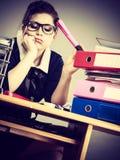 Donna sonnolenta di affari nel funzionamento dell'ufficio Fotografie Stock