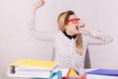 Donna sonnolenta di affari nello sbadiglio di lavoro dell'ufficio Fotografie Stock Libere da Diritti