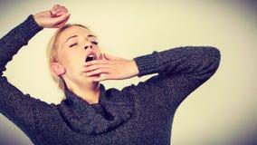 Donna sonnolenta, stanca, di sbadiglio che allunga armi Fotografia Stock