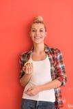 Donna sopra i giochi del fondo di colore con la mela Fotografia Stock