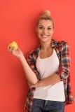 Donna sopra i giochi del fondo di colore con la mela Fotografie Stock Libere da Diritti