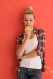 Donna sopra i giochi del fondo di colore con la mela Fotografia Stock Libera da Diritti