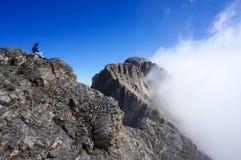 Donna sopra la montagna immagini stock libere da diritti