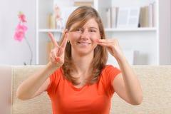 Donna sorda che usando linguaggio dei segni Fotografia Stock Libera da Diritti