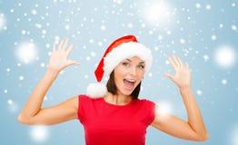 Donna sorpresa in cappello dell'assistente di Santa Immagine Stock Libera da Diritti