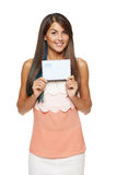 Donna sorpresa che mostra busta in bianco Immagine Stock Libera da Diritti