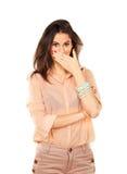 Donna sorpresa che per mezzo della mano per coprire bocca Fotografia Stock