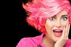 Donna sorpresa con i capelli d'avanguardia di rosa di pendenza fotografie stock libere da diritti