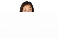 Donna sorpresa con il tabellone per le affissioni Fotografie Stock Libere da Diritti
