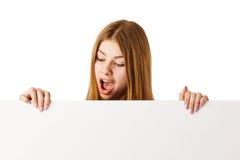 Donna sorpresa con il tabellone per le affissioni Immagini Stock