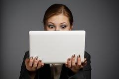 Donna sorpresa con netbook bianco Fotografia Stock