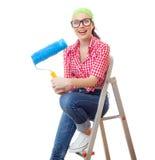 Donna sorpresa con seduta del rullo di pittura fotografie stock