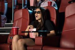Donna sorpresa da una scena 3D ai film Fotografia Stock Libera da Diritti