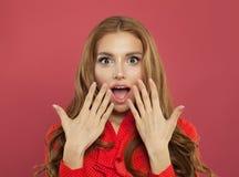 Donna sorpresa emozionante dei bei giovani con la bocca aperta su fondo rosa luminoso variopinto Emozione positiva immagini stock