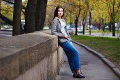 Donna sorridente abbastanza alla moda dei giovani che indossa alla moda accorciato Immagini Stock