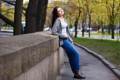 Donna sorridente abbastanza alla moda dei giovani che indossa alla moda accorciato Fotografie Stock Libere da Diritti