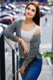 Donna sorridente abbastanza alla moda dei giovani che indossa tralicco blu alla moda Fotografie Stock