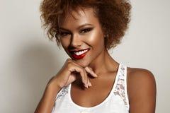 Donna sorridente abbastanza nera Fotografia Stock