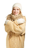 Donna sorridente in abbigliamento caldo che si abbraccia Fotografia Stock Libera da Diritti