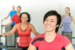 Donna sorridente all'allenamento di ginnastica del codice categoria di forma fisica Immagini Stock Libere da Diritti