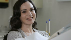 Donna sorridente alla clinica del dentista stock footage