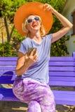 Donna sorridente alla moda Fotografia Stock