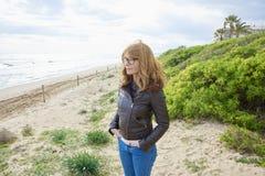 Donna sorridente alla spiaggia Immagini Stock Libere da Diritti
