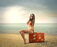 Donna sorridente alla spiaggia Immagine Stock Libera da Diritti