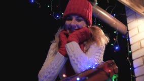 Donna sorridente allegra sulla Camera del portico nell'inverno in un maglione video d archivio
