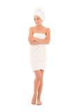 Donna sorridente attraente in asciugamano che posa sopra il fondo bianco fotografie stock libere da diritti