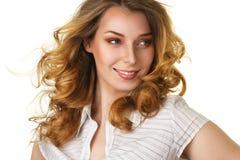 Donna sorridente attraente con lungamente Fotografia Stock Libera da Diritti