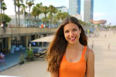 Donna sorridente attraente della città che gode del suo tempo libero in spiaggia di Barceloneta, Barcellona, Spagna Fotografia Stock Libera da Diritti