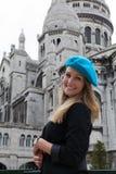 Donna sorridente in berreto vicino a Sacre Coeur Fotografia Stock Libera da Diritti