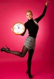 Donna sorridente calma con il grande orologio arancio che non non gesturing attività, enou Immagini Stock