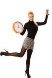 Donna sorridente calma con il grande orologio arancio che non non gesturing attività, enou Fotografia Stock Libera da Diritti