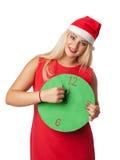 Donna sorridente in cappello dell'assistente di Santa con l'orologio Immagini Stock
