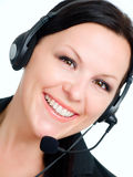 Donna sorridente che comunica dalla cuffia fotografia stock libera da diritti