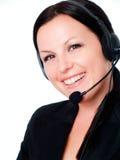 Donna sorridente che comunica dalla cuffia fotografie stock libere da diritti