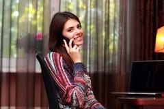 Donna sorridente che comunica sul telefono Fotografia Stock Libera da Diritti