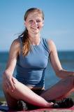 Donna sorridente che fa yoga Immagine Stock