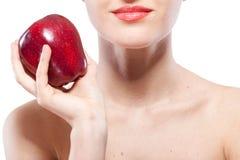 Donna sorridente che giudica mela rossa isolata su bianco Fotografia Stock Libera da Diritti