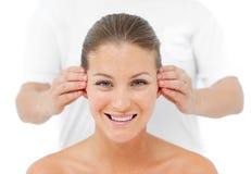 Donna sorridente che ha un massaggio capo in una stazione termale Immagine Stock Libera da Diritti