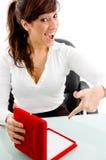 Donna sorridente che indica il contenitore di monili Immagini Stock Libere da Diritti