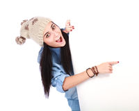 Donna sorridente che indica la sua barretta al billboa bianco Fotografie Stock Libere da Diritti
